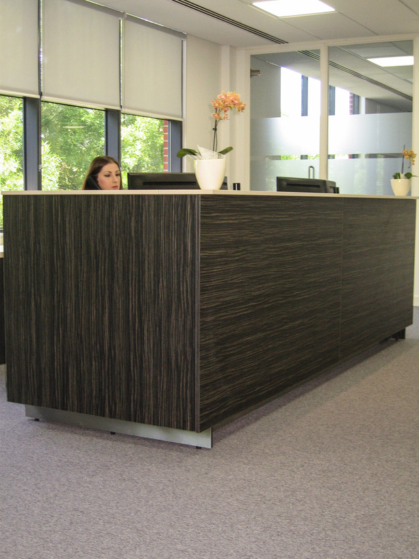 Reception counter with Amazonas vertical panels and Sand Beige horizontal panels