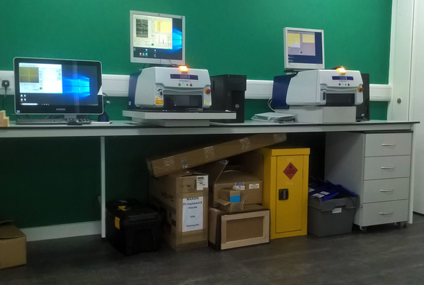 Display bench with Hitachi High Tech technical equipment